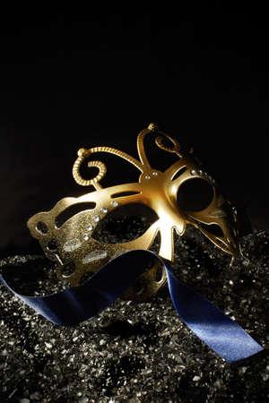 mascara de teatro: Máscara de la mascarada del carnaval contra un fondo oscuro. Imagen del concepto para la tradicional fiesta de Año Nuevo con la cinta y el alojamiento para el espacio de la copia.
