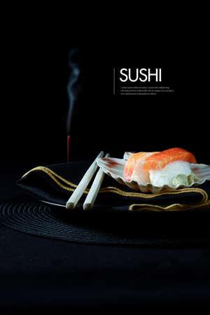 japanese sake: Sushi japonés fresco con palillos, la quema de incienso y servilleta de lujo contra un fondo negro. Alojamiento generosa para copiar el espacio.