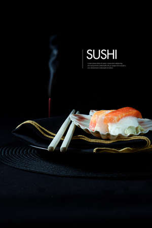 Sushis japonais frais avec des baguettes, brûler de l'encens et de serviette de luxe sur un fond noir. Hébergement généreux espace de copie.