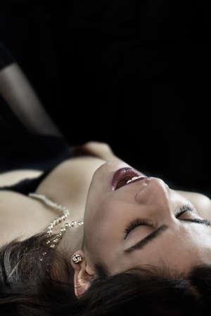 mujeres eroticas: Hermosa mujer india que simula un orgasmo con la lencería y perlas. Imagen del concepto para la seducción, el amor, el sexo y el placer. alojamiento generosa para copiar el espacio.