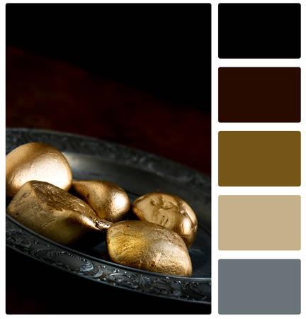 decepci�n: concepto de imagen de pensiones con las rocas de oro que se oponen a los huevos de oro en una placa de peltre antiguo. Imagen para el peligro de pensiones, la decepci�n y el bajo rendimiento financiero. Espacio en blanco y color paleta de muestra. Foto de archivo