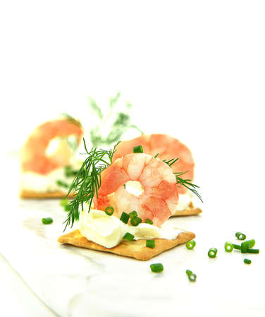 Fresh Atlantic King Prawns shot against white with dill and chive herb garnish. Copy space. Standard-Bild