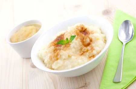 arroz blanco: Bud�n de arroz y manzana pur� de tabla con cuchara