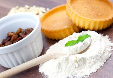 farina: farina spoon and raisin on table