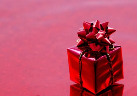 glanz: rotes Geschenk mit Schleife und Textfreiraum  red gift with ribbon and copy space