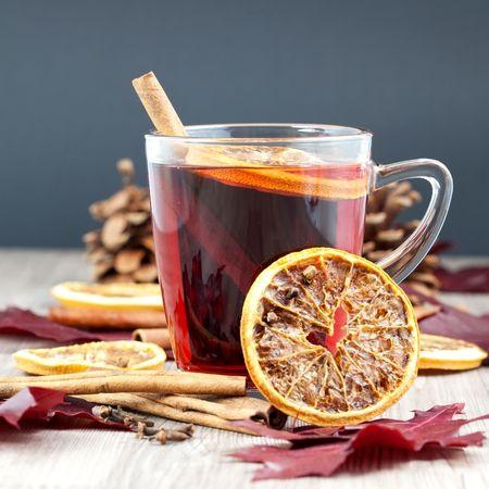 vin chaud: un verre de glogg décoré de cannelle et orange