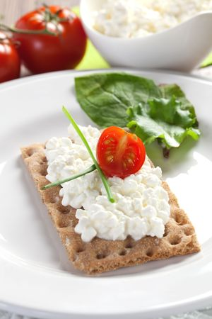 crispbread with cottage cheese and tomato
