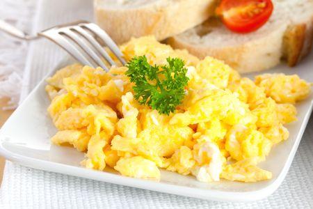 eier: frische R�hrei mit Petersilie und Brot