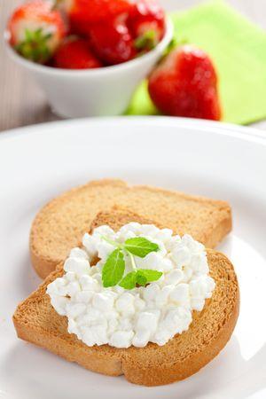 biscotte: Rusk avec un gros plan de fromage � la cr�me