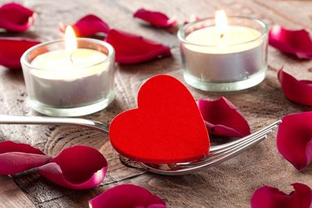 hart op vork met rozenblaadjes en kaarsen