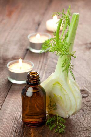 fennel: aceite de hinojo con hinojo fresco y velas  Foto de archivo
