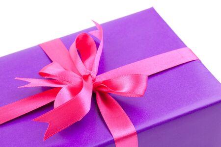 dar un regalo: presente con cinta aislada sobre fondo blanco Foto de archivo