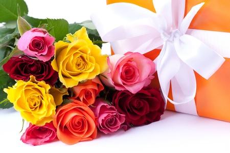 mazzo di fiori: Rose e presente isolato su sfondo bianco
