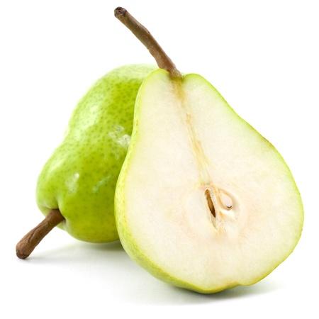 梨: 新鮮な梨を半分白い背景で隔離
