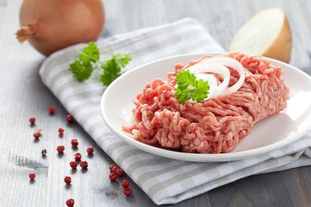 in ground: carne fresca macinata con le cipolle