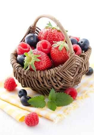 fruitmand: vers fruitmand met bessen en mint  Stockfoto