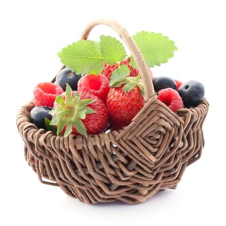 fruitmand: vruchten in een mand op wit wordt geïsoleerd Stockfoto