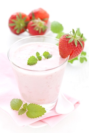 Strawberry smoothie: shake fragole fresche con menta   Archivio Fotografico