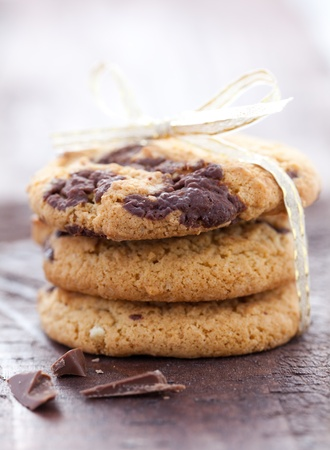 chocolate cookie: tres galletas de chocolate apilados frescas