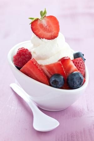 yogur: Vanilla ice con frutas y cuchara