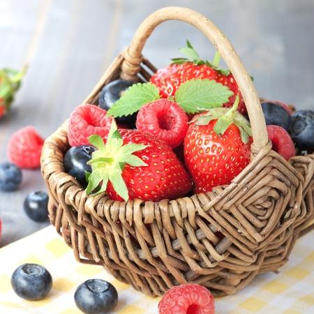 corbeille de fruits: corbeille de fruits avec des fraises et des bleuets Banque d'images