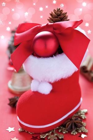 botas de navidad: arranque de Santa con decoraci�n en rojo con estrellas reluciente Foto de archivo
