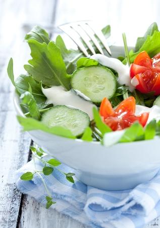 yaourts: fraîche salade de tomates et de concombres