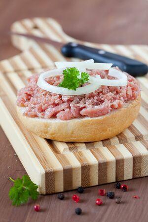 carne macinata: panino fresco con carne macinata con le cipolle
