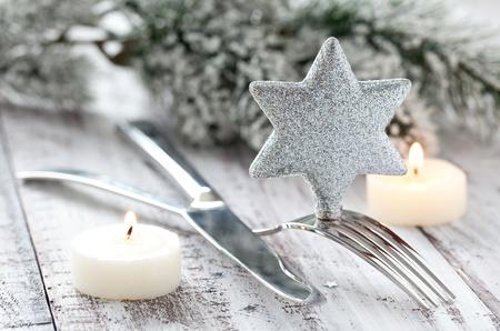 comida de navidad: plata de ajuste de la tabla con velas Foto de archivo