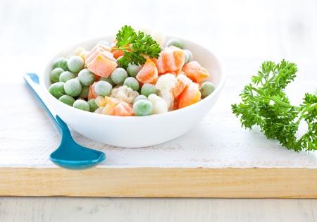 comida congelada: fresco congelado de verduras mixtas en bol con perejil  Foto de archivo