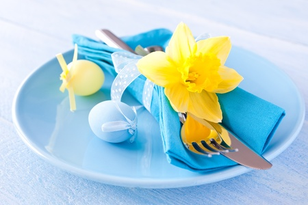 easter table setting with daffodil and cutlery  Standard-Bild