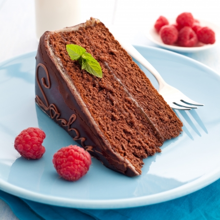 rebanada de pastel: fresca tarta Sacher con frambuesa Foto de archivo