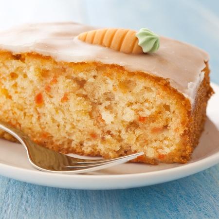 frischer Möhrenkuchen auf Teller mit Gabel   fresh carrot cake on a plate with fork