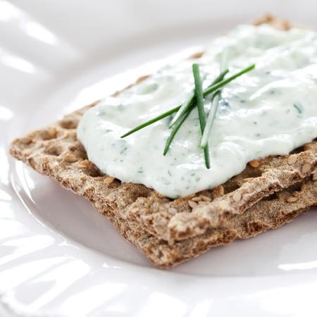 cebollin: pan crujiente fresco con queso fresco y cebollino Foto de archivo