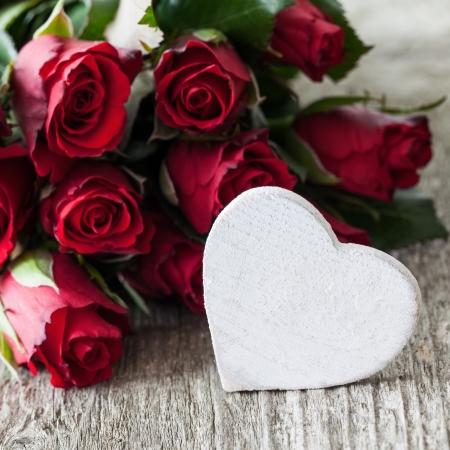 rode rozen en hart vorm met een kopie ruimte Stockfoto