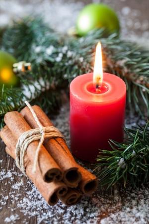 velas de navidad: vela de la Navidad con el abeto y canela
