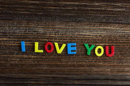 te amo: te amo el texto sobre fondo de madera
