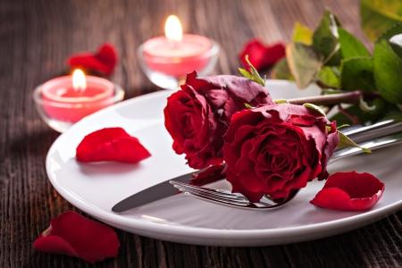 table setting voor Valentijnsdag met rozen Stockfoto