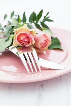 表设置与玫瑰在粉红色