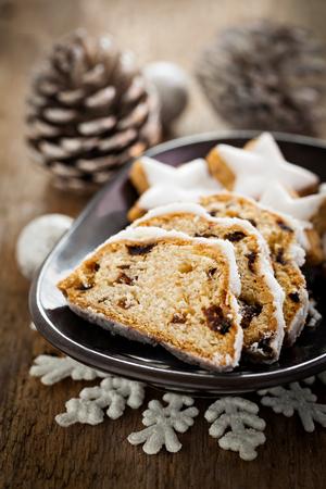 weihnachtskuchen: Deutsch Stollen mit Rosinen und Cookies Lizenzfreie Bilder