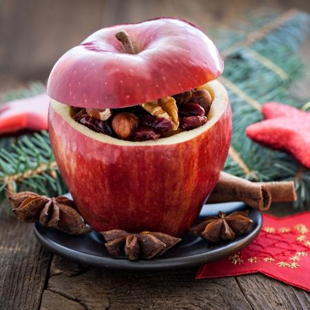 christmas apple: riempito di Natale mela con uvetta e noci Archivio Fotografico