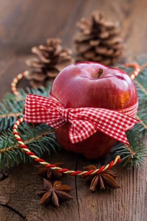 christmas apple: mela rossa di natale con l'arco Archivio Fotografico