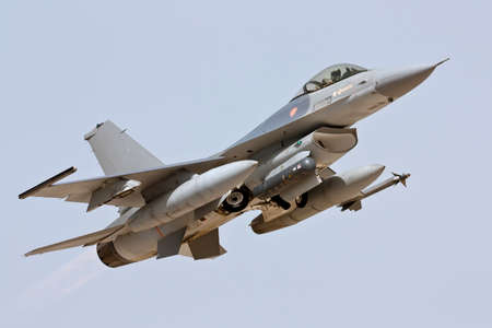 avion de chasse: Lockheed Martin F-16 Take Off in Monte Real - Portugal