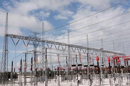 torres de alta tension: Parte de la estación de alto voltaje contra azul cielo y nubes Foto de archivo
