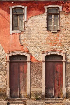facade: Fachada abandonado con las ventanas y puertas de madera en Portugal