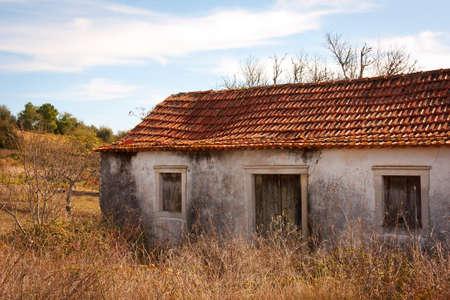 urban jungle: Fachada de la casa rural abandonada en una granja de paisaje