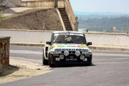hillclimb: FOZ DO ARELHO, PORTUGAL - 13 de mayo: Rui Machado conduce un Renault 5 Turbo durante el Rally Sprint Foz do Arelho 2012, en Foz do Arelho, Portugal el 13 de mayo 2012 Editorial