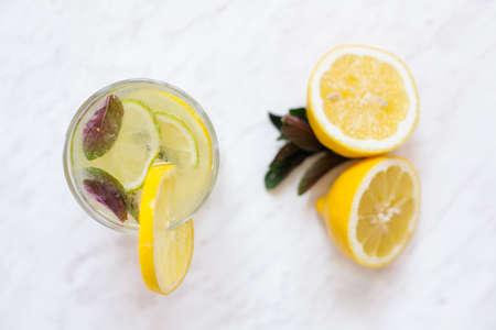 Hoogste mening van limonade op wit op marmeren plak