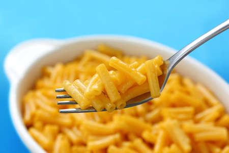 macarrones: macarrones y queso sobre fondo azul