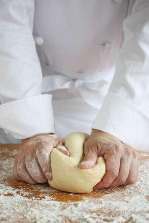 panadero haciendo pan, amasando una masa Foto de archivo - 10193752